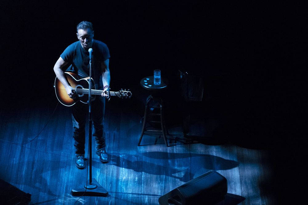 Bruce Springsteen na scenie Walter Kerr Theatre. Fot: Danny Clinch